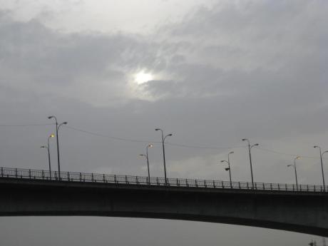 خورشید ابر گرفته بر فاز پل